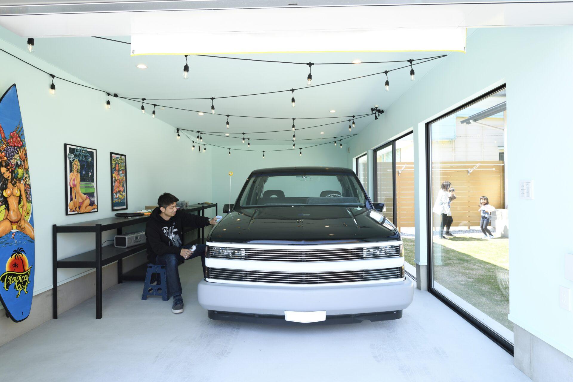 車好きの夢を叶えたリビングから愛車を眺めるガレージ