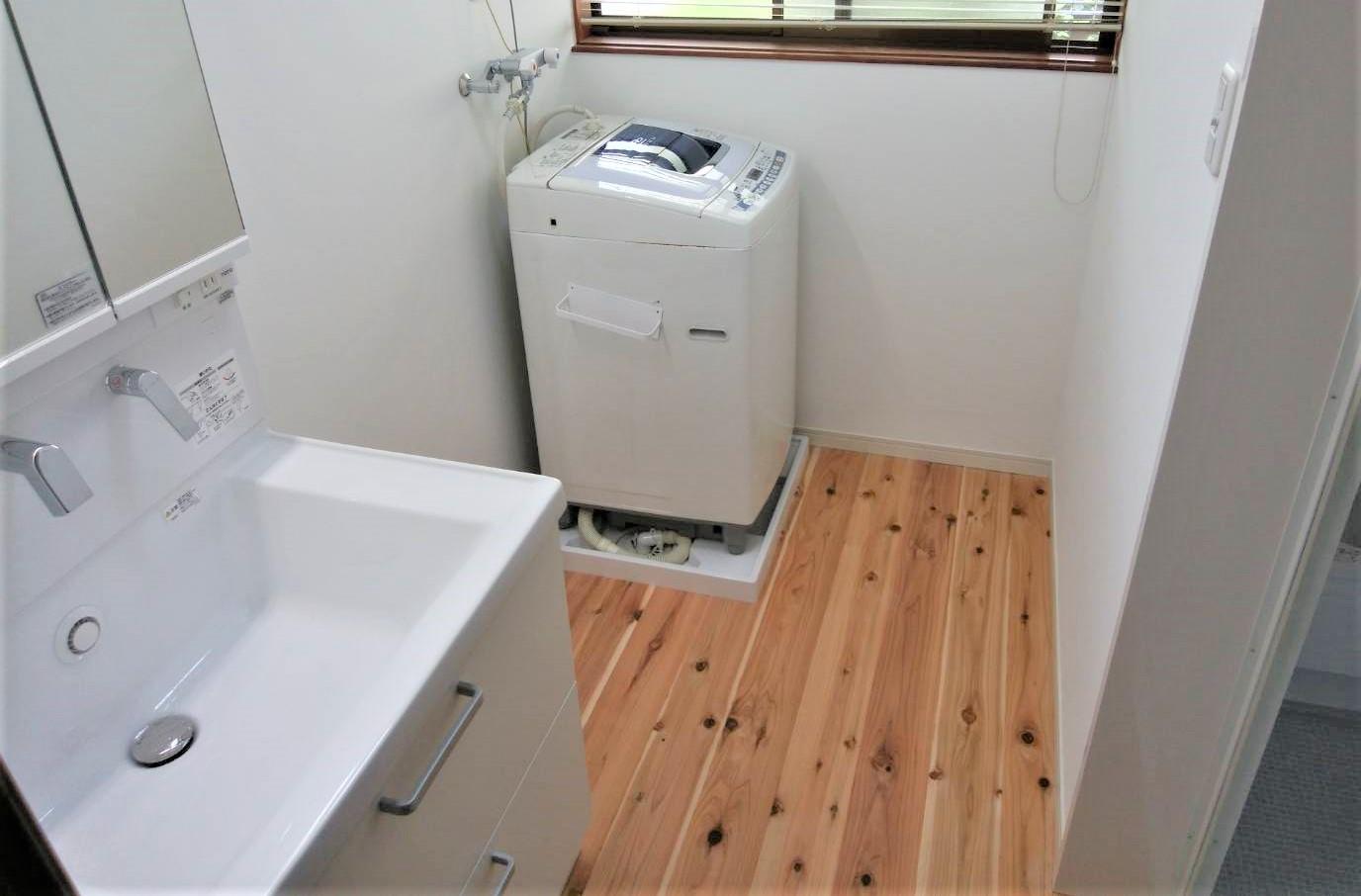 杉の温かみ広がる洗面室へ@洗面室床と化粧台のリフォーム